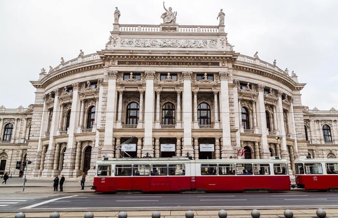 Fațada elegantă a teatrului Burgtheater te-mbie înăuntru de mama focului