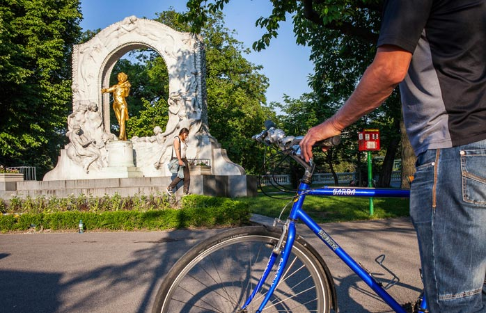 Frâână! Frână și moment de reculegere în fața monumentului dedicat compozitorului Johann Strauss (plus o fată drăguță) din fața parcului Stadtpark