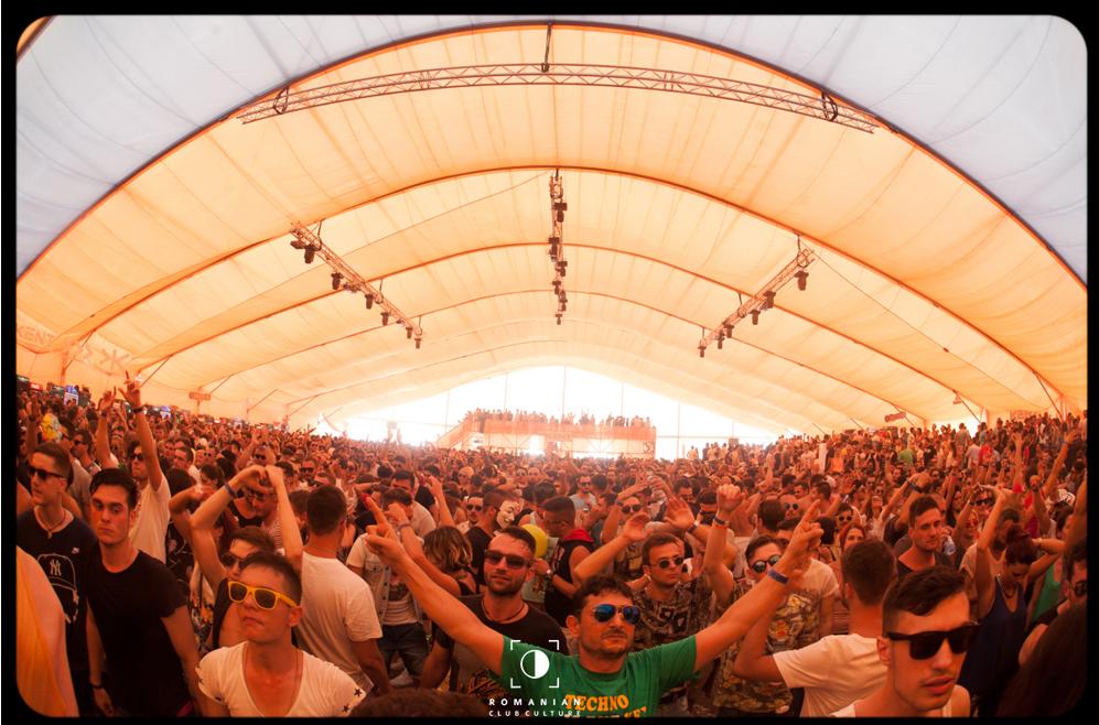 Perspectiva DJ-ului în timpul festivalului de la Sunwaves, Mamaia