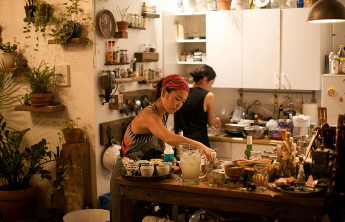Pentru bunătăți făcute în casă, pătrunde (amiabil) în bucătăriile localnicilor și gătiți împreună