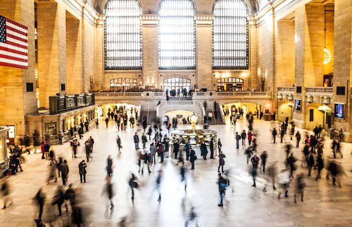 """Fără doar și poate, toate clădirile cunoscute drept """"Gara Centrală"""" sunt o învălmășală de lumini, magazine, oameni, grăbiți și cuvinte articulate în Dumnezeu știe ce limbi. Indubitabil... derutant."""