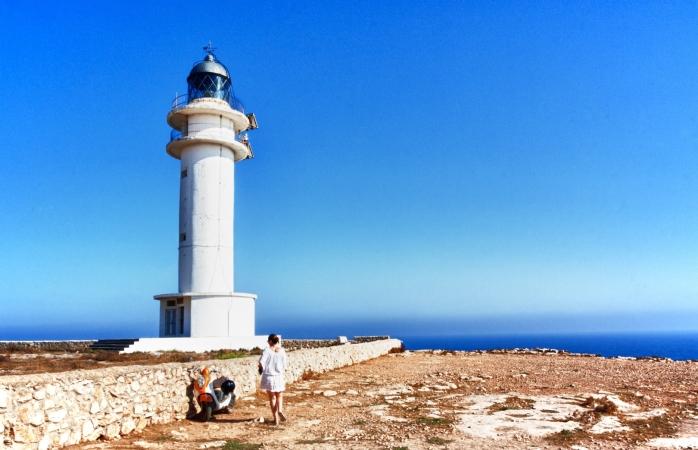 O femeie lângă Farul din Formentera.