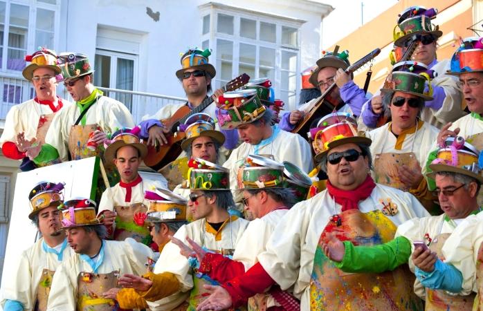 Bărbați cântând serenade la Carnavalul din Cádiz.