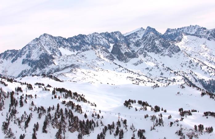 Valea înzăpezită din stațiunea de ski Baqueira-Beret.