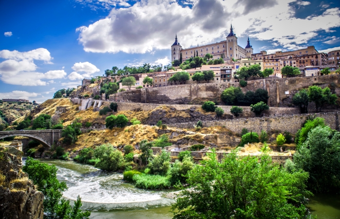 Zidurile fortificației din Alcázar, ce se ridică mândre în cel mai înalt punct din Toledo.