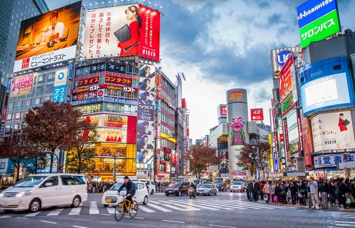 Pironește-te în intersecția fără capete din Shibuya și lasă lumea de lângă tine să se-agite ca o oală în fierbere