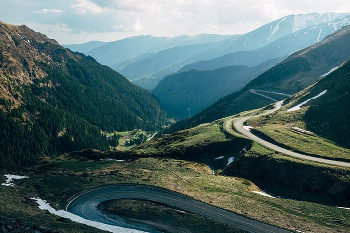 Drumul care înfruntă Munții Făgărașului