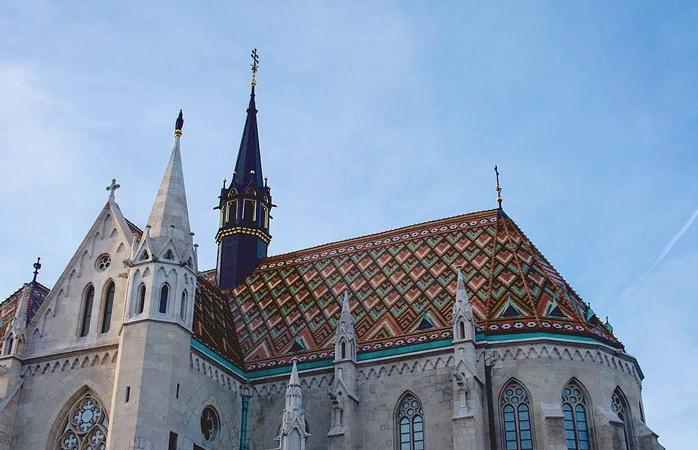 Fă un popas la Biserica Matthias și cercetează cu privirea diferitele-i stiluri arhitecturale © collectingdistraction
