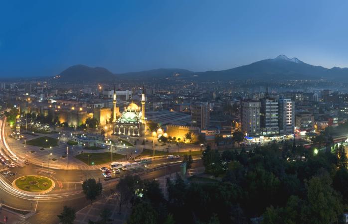 Centrul orașului în Kayseri noaptea.