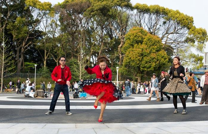 Dacă-ți învingi nerăbdarea și rămâi destul de mult timp în Parcul Yoyogi, s-ar putea să fii răsplătit cu o asemenea reprezentație