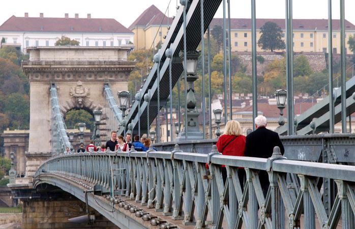 Plimbarea pe Podul cu Lanțuri se va lăsa cu poze și cu suspine de încântare