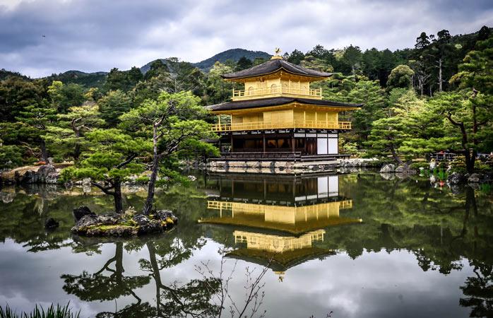 Templul Budist Zen, Kinkaku-ji, învelit într-un strat de aur, este una dintre cele mai celebre clădiri din Japonia