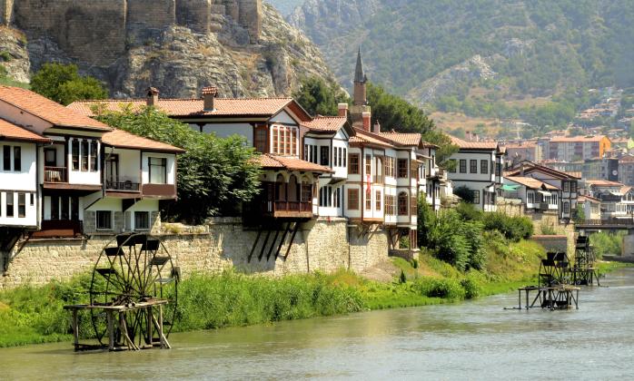 The quaint Yalıboyu houses alongside the Yeşilırmak River, Amasya.