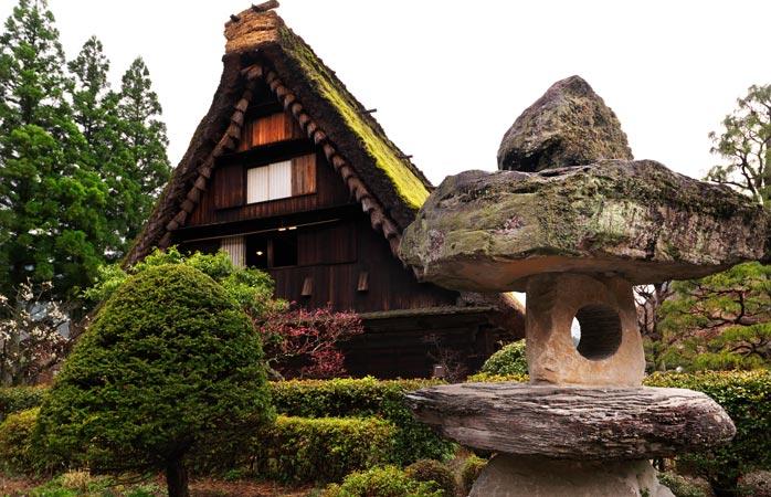 În satul Gassho, o casă tradițională cu acoperiș de paie de-ți taie respirația