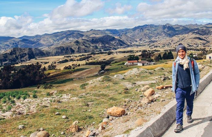 Andrew la pas, în drumeția prin Quilotoa Loop din Ecuador