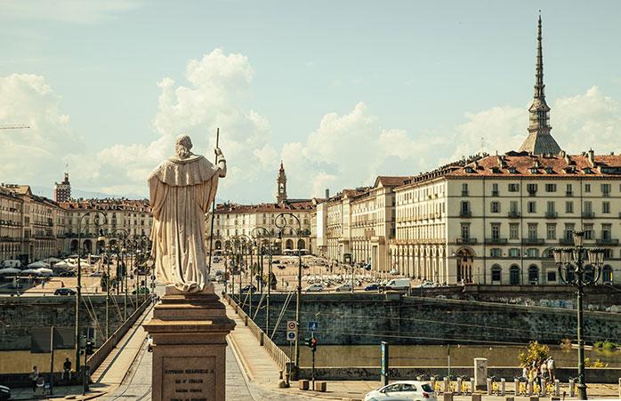 Piazza Vittorio este locul de întâlnire al tineretului din Torino