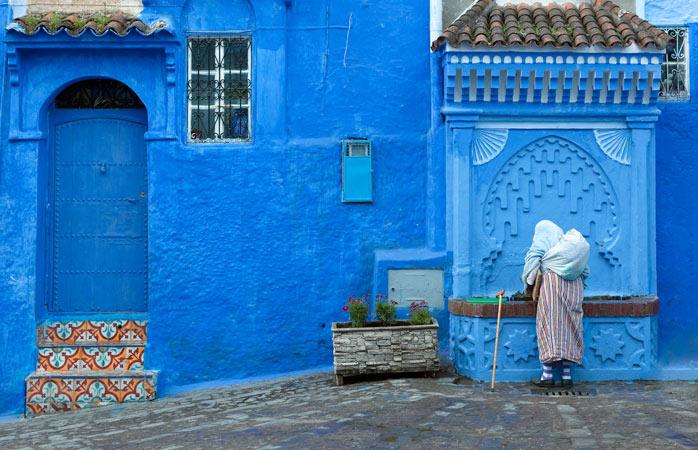 Scaldă-te într-o mare de albastru pentru că albastru-i tot ce vezi cu ochii în orașul Chefchaouen