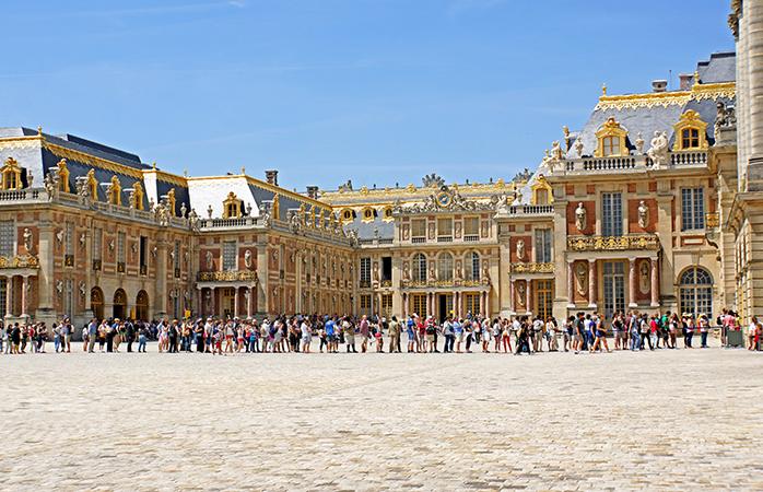 Fă rost de un cocktail cu umbreluță, comportă-te ca și cum ai fi chiar tu unul, și așază-te la cuminte la coada din fața Palatului Versailles