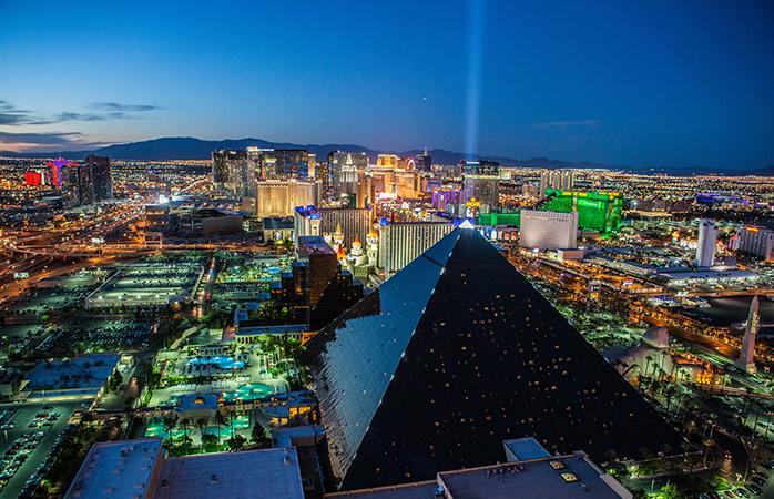 Amestecul de lumini în culori urbane de pe Las Vegas Strip