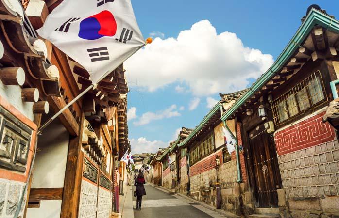 Dacă întâmplarea face să te afli în Aeroportul Incheon din Seul cu sarcina de a ucide câteva ore sănătoase, apucă-te de bătut străzile satului Bukchon Hanok