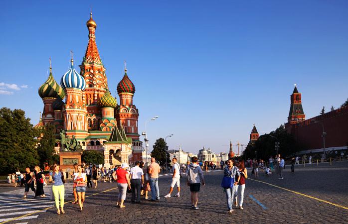 Dacă pe străzile din Moscova dai cu ochii de un grup de culori care se răsfață în bătaia soarelui, prea probabil că te afli în fața Catedralei Sfântului Vasile