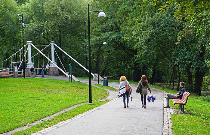 În plimbare către Podul Aamodt, de deasupra râului Akerselva, Oslo @ Tord Baklund / VisitOSLO