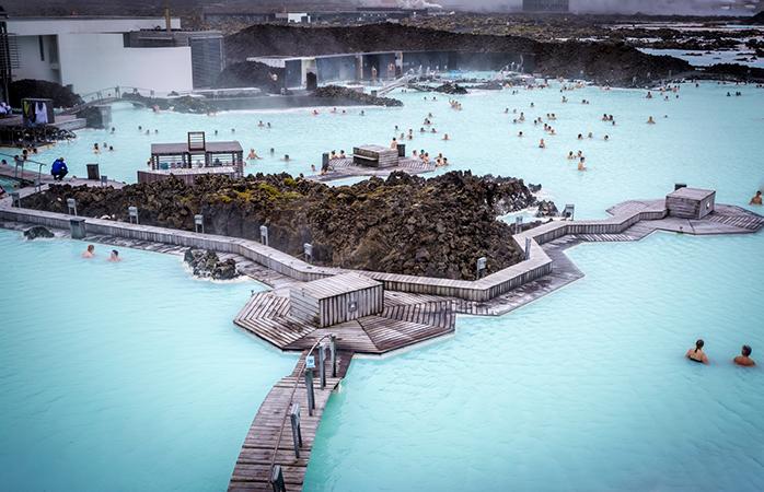 Dacă vrei să te relaxezi ca un monarh, reflectează la nemurirea sufletului în timp ce te scalzi în Laguna Albastră din Islanda