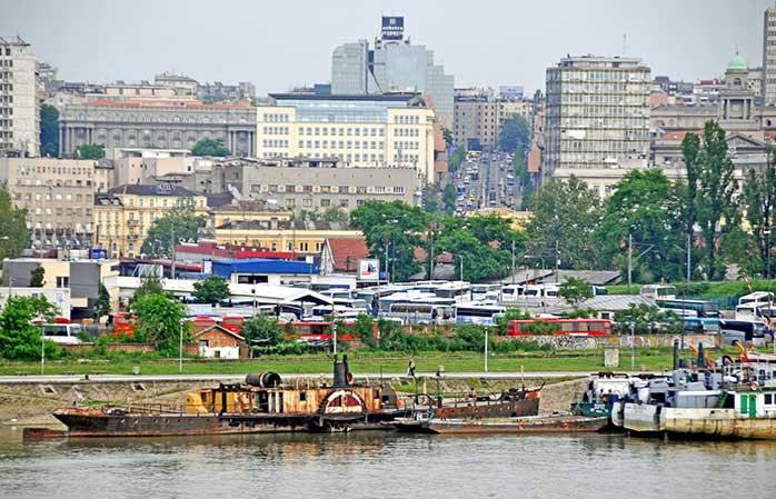 Portul din Belgrad te întâmpină de la intrarea în oraș, iar tu, crud ai fi să întorci spatele unei mici croaziere