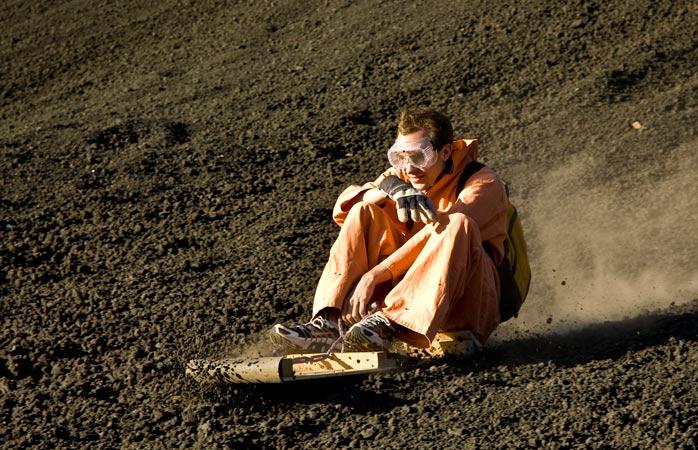 Recordul de viteză la coborâtul vulcanului Cerro Negro pe placă a fost 95 km/h. Zici că poți mai bine?