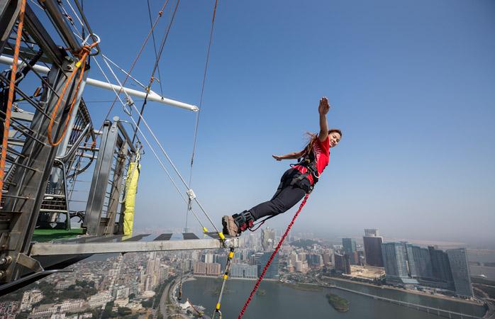 Bungee Jumping-ul este clasic într-o astfel de discuție; dar dacă tot o faci, fă-o de la cea mai mare înălțime: de pe Turnul din Macau
