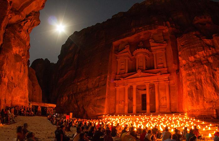 De ce să nu petreci o noapte la porțile templului Petra din Iordania dacă numai o viață avem de trăit pe Pământ?