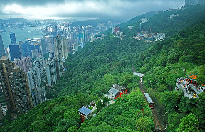 Înălțimile înverzite din Hong Kong crestate de traseul tramvaiului Peak Tram