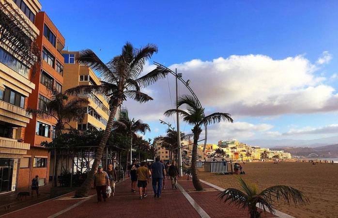 Plaja Las Canteras din Las Palmas de Gran Canaria este o încântare adusă ochiului și o mângâiere dulce destinată sufletului