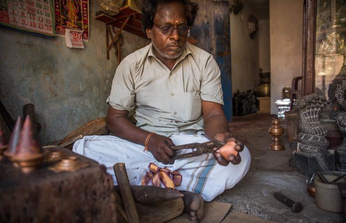 Meșteșugar văzându-și de-ale lui într-un atelier din Jaffna