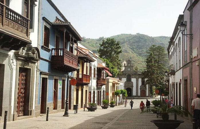 Locuințele de-un farmec de necontestat, înțesate de culori plus terasele de lemn din satul de munte Teror, Gran Canaria