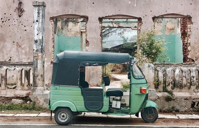 Tuk tuk-ul ce-și așteaptă cuminte șoferul și pasagerii în Jaffna
