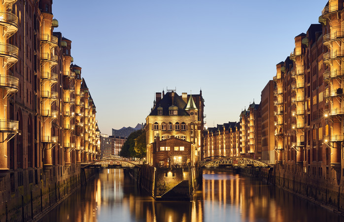 Priveliște halucinantă peste canalul ce-a constituit pretext pentru construirea podului Poggenmühlenbrücke, în Speicherstadt