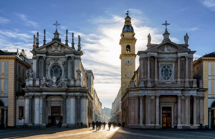 O să te dai în vânt după Piazza San Carlo, una dintre principalele piețe din Torino, și după bisericile sale gemene