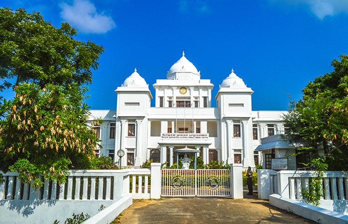 Asemenea pensiunilor unde poți să înnoptezi, Biblioteca Publică din Jaffna este o relicva a trecutului colonial