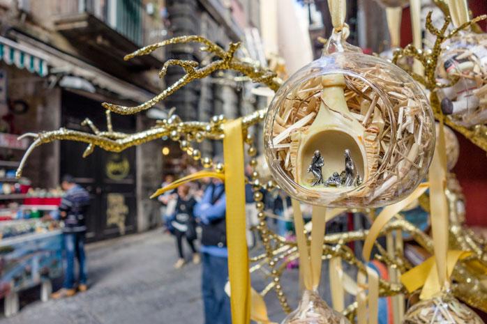 Figurine care descriu scena nașterii și umplu Târgul de Crăciun din Napoli