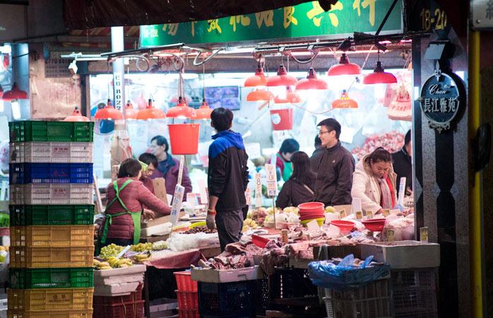 Gătitul acasă și cumpărăturile din piață sunt o modalitate excelentă de a economisi bani