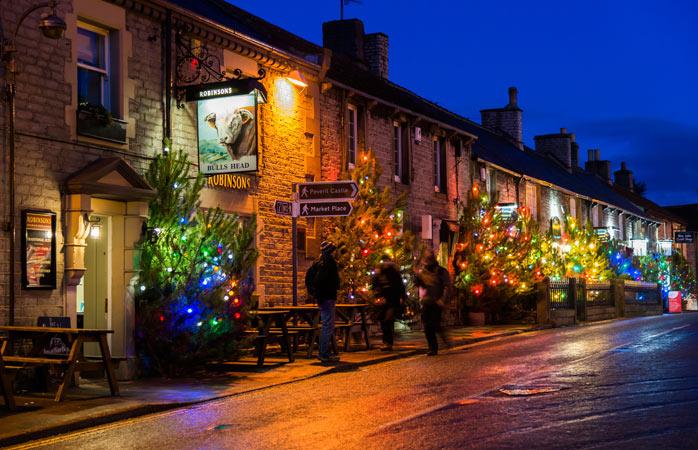 Mai mulți brazi de Crăciun decât oameni pe străzile din orășelul Castelton din Anglia