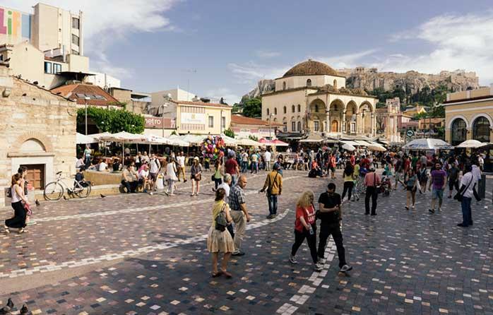Să vă uite Dumnezeu - dar nu și chelnerul - sub vreo umbreluță din Piața Monastiraki