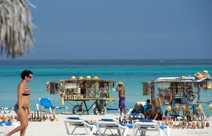 Mică piață de suveniruri pe una din plajele din Varadero