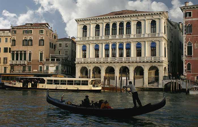"""Ei, nu-i nicio tragedie dacă spuneți """"pas"""" gondolei și admirați Veneția de după ferestrele unui Vapporeto (mai rămâne doar să o convingi și pe ea)"""