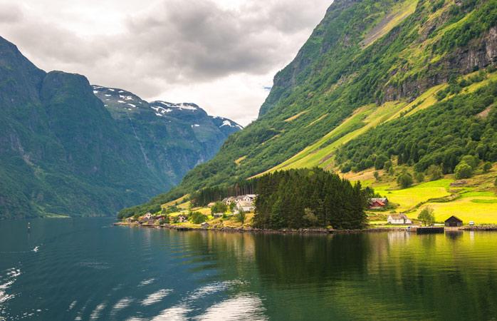 """Atenție! Exclamații necontrolate precum """"o, doamne"""" sau """"nu-i adevărat"""" pot apărea subit pe buze atunci când vizitezi Nærøyfjord"""