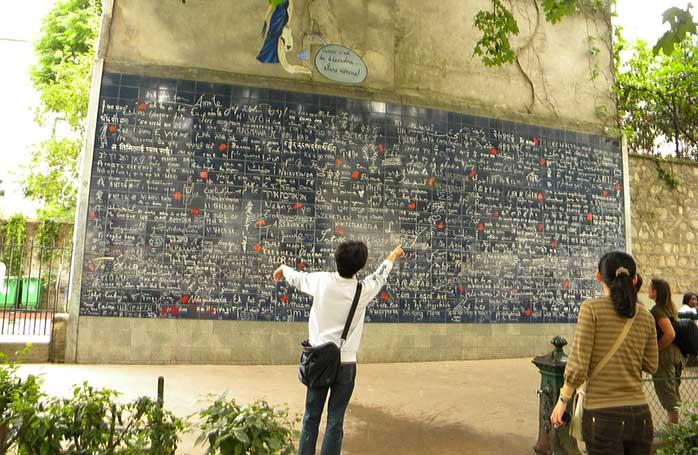 Les Murs de Je t'aime (Zidul lui Te Iubesc) din cartierul Montmartre ar trebui să vă ocupe ceva timp de declarații