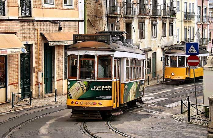 """Când vă plimbați prin Alfama, admirați așa-numitul """"tramvai galben fără cai"""" de-afară pentru că acest cartier se savurează încet, molcom... ca pe-o cafea bună într-o duminică friguroasă"""