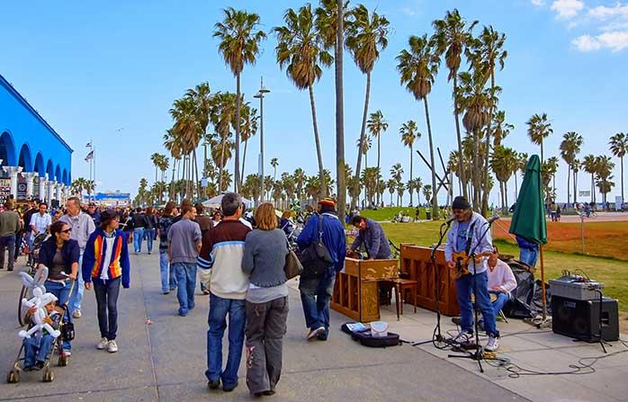 O promenadă pe faleză plajei Venice