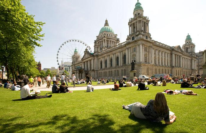 Ia prânzul măcar o dată în viață la un picnic pe verdeața din fața primăriei orașului Belfast
